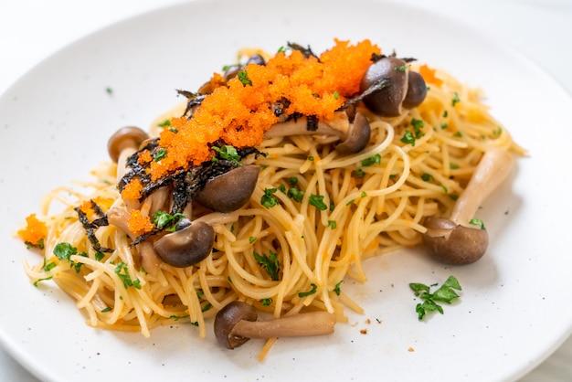Espagueti con champiñones, huevo de camarones y algas