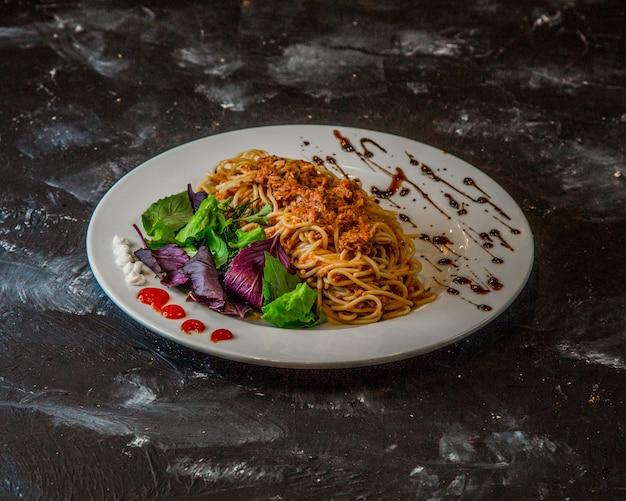 Espagueti clásico a la boloñesa sobre la mesa