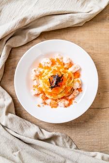 Espagueti cremoso con camarones y huevos de camarones