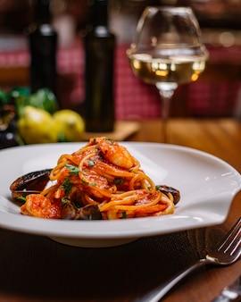 Espagueti de mariscos con mejillones, camarones, salsa de tomate y perejil