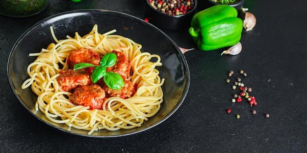 Espagueti de pasta con albóndigas