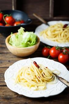 Espagueti de pasta italiana con aceite, ajo y chile.