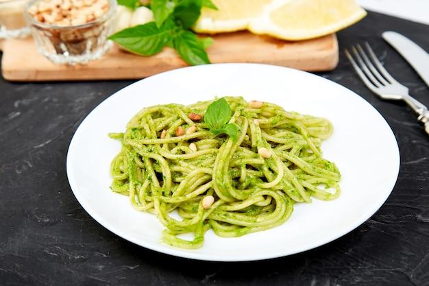 Espagueti de pasta italiana con pesto de albahaca casera
