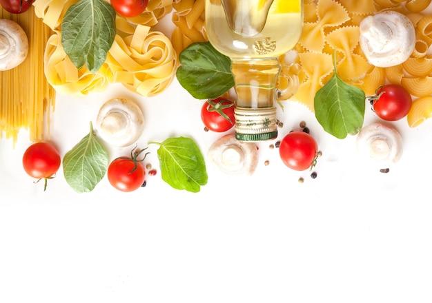 Espagueti de pasta con tomate, aceite de oliva y espinacas sobre un fondo blanco