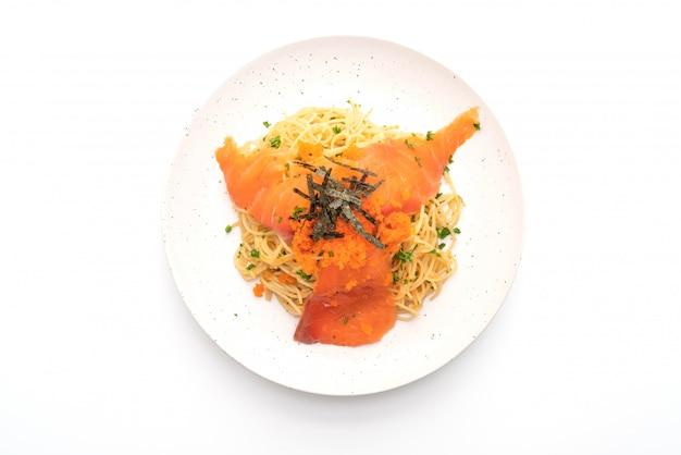 Espagueti con salmón ahumado y huevo de camarones