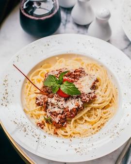 Espagueti con salsa de carne y parmesano rallado