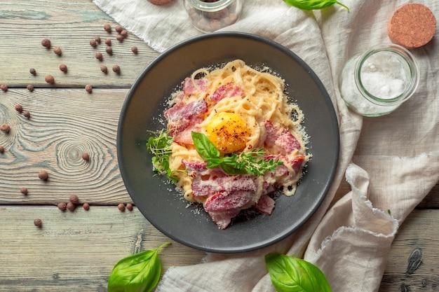 Espagueti con tocino y queso parmesano
