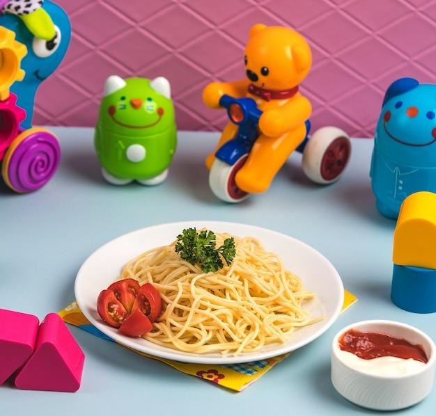 Espagueti con tomate en la mesa