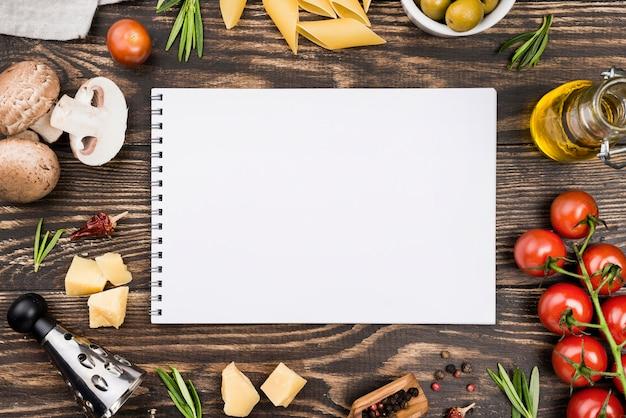 Espaguetis con aceitunas y verduras y cuaderno