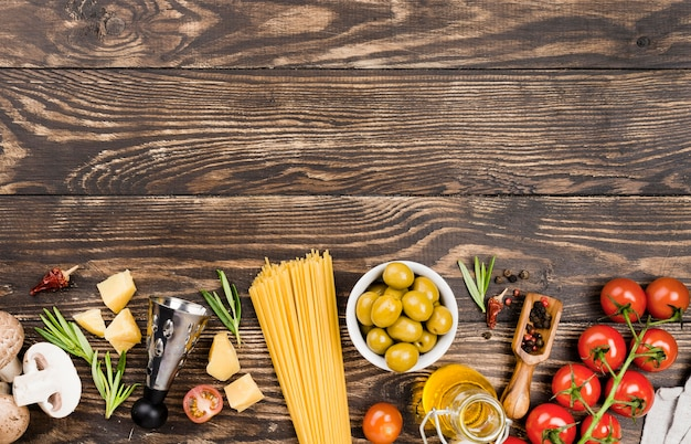 Espaguetis con aceitunas y verduras