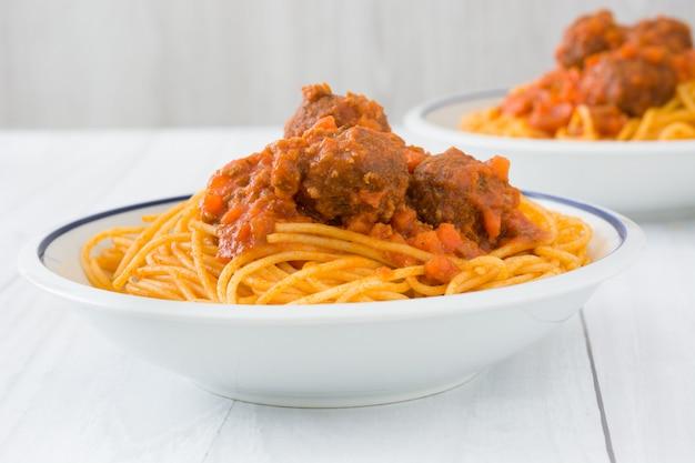 Espaguetis con albóndigas en mesa de madera