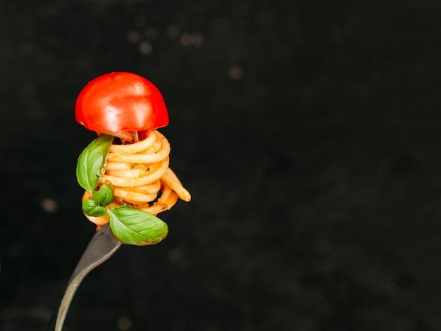 Espaguetis alrededor de tenedor