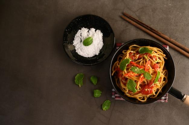 Espaguetis apetitosos pasta italiana con salsa de tomate