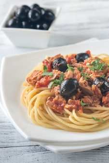 Espaguetis con atún y aceitunas negras