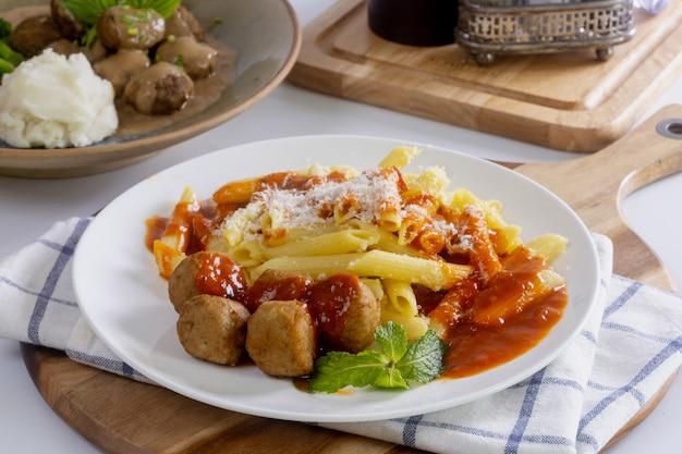Espaguetis de bolas de pollo con salsa de tomate