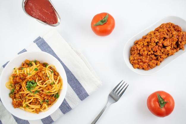 Espaguetis a la boloñesa en una placa blanca.