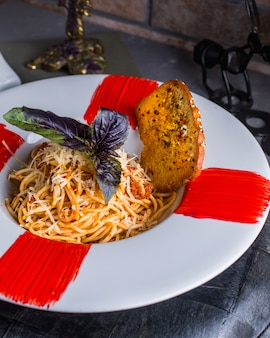 Espaguetis a la boloñesa sobre la mesa