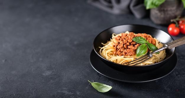 Espaguetis a la boloñesa en un tazón negro