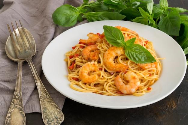 Espaguetis y camarones.