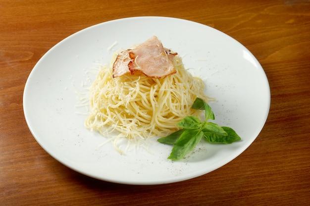 Espaguetis a la carbonara en un tazón