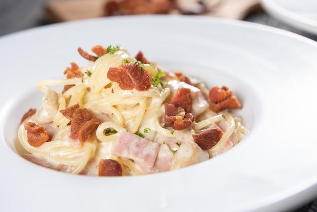 Espaguetis a la carbonara con tocino y perejil