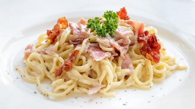 Espaguetis a la carbonara con tocino