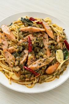 Espaguetis caseros con ajo y salchicha