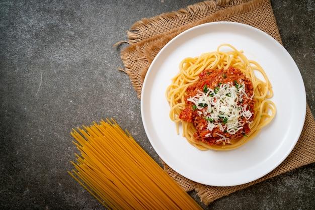 Espaguetis de cerdo a la boloñesa o espaguetis con salsa de tomate de cerdo picada - estilo de comida italiana
