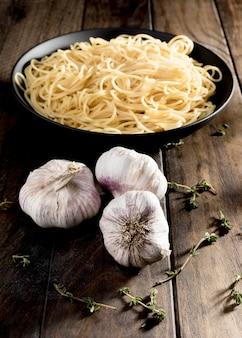 Espaguetis con champiñones en mesa