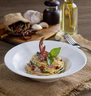 Espaguetis con chile seco y tocino