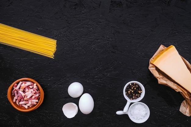 Espaguetis crudos e ingredientes