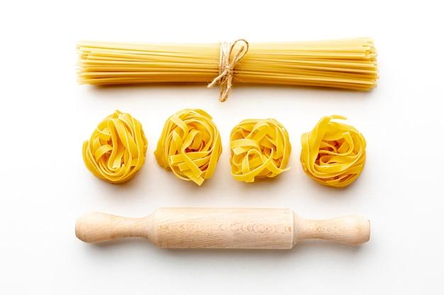 Espaguetis crudos y tagliatelle con rodillo