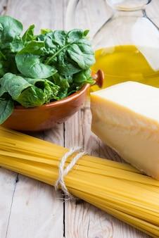Espaguetis con espinacas y queso parmesano crudo