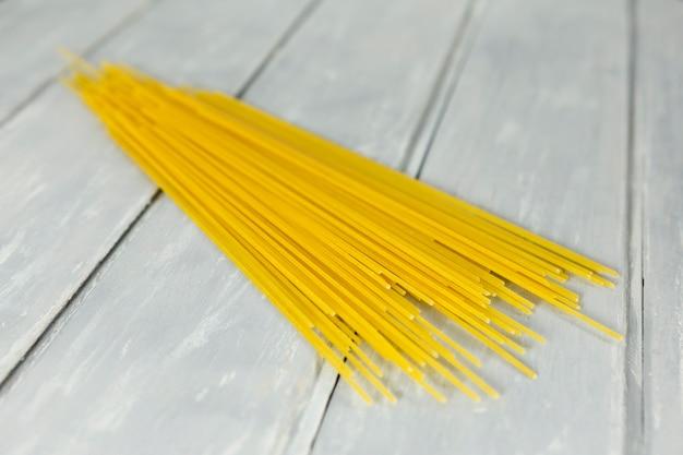 Espaguetis con fondo de madera