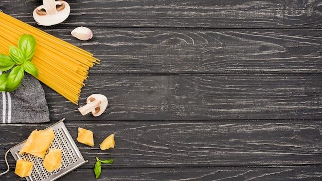 Espaguetis con ingredientes de champiñones