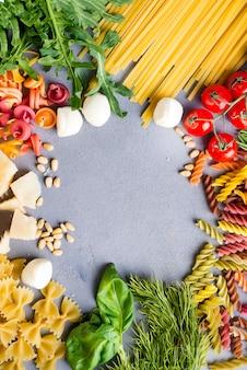 Espaguetis con ingredientes para cocinar pasta.