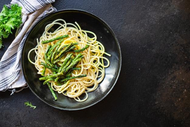 Espaguetis judías verdes salsa de espárragos queso pasta