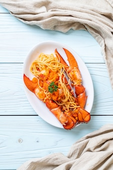 Espaguetis de langosta con huevo de camarón