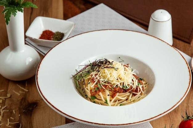 Espaguetis a la parmesana a la boloñesa en la vista lateral superior