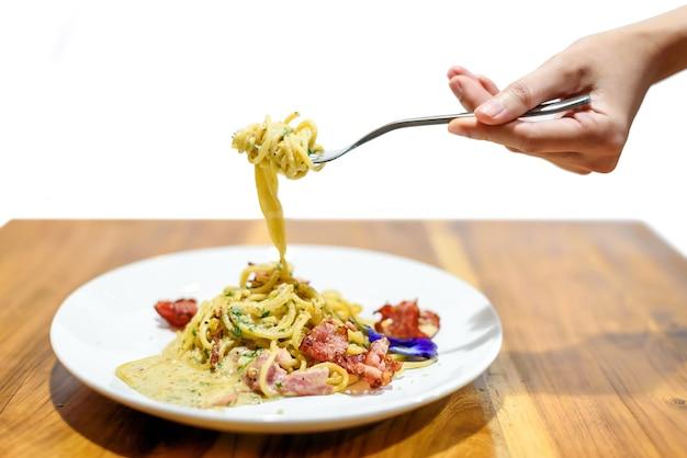 Espaguetis pasta carbonara con tocino crujiente