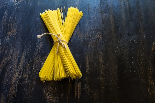 Espaguetis de pasta sin cocer