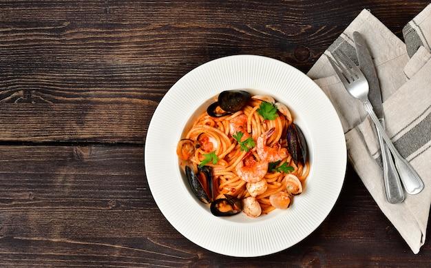 Espaguetis con pasta de mariscos con almejas y langostinos con mejillones