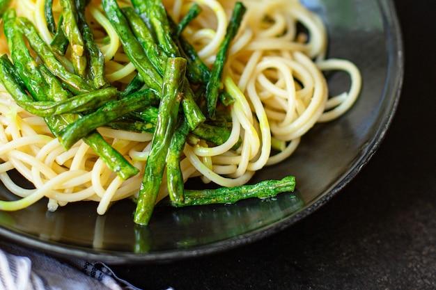 Espaguetis pasta salsa de espárragos de judías verdes