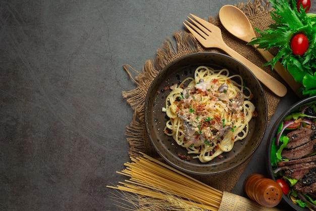 Espaguetis de pasta sobre fondo oscuro