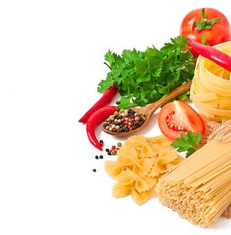 Espaguetis de pasta, verduras, especias aisladas en blanco