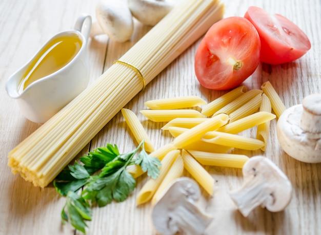 Espaguetis y penne con ingredientes de pasta