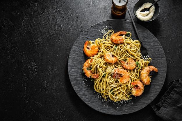 Espaguetis con pesto y gambas