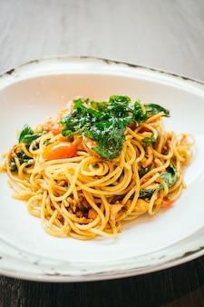Espaguetis picantes y pasta con salmón.
