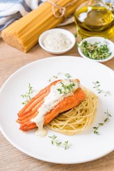Espaguetis con salmón frito