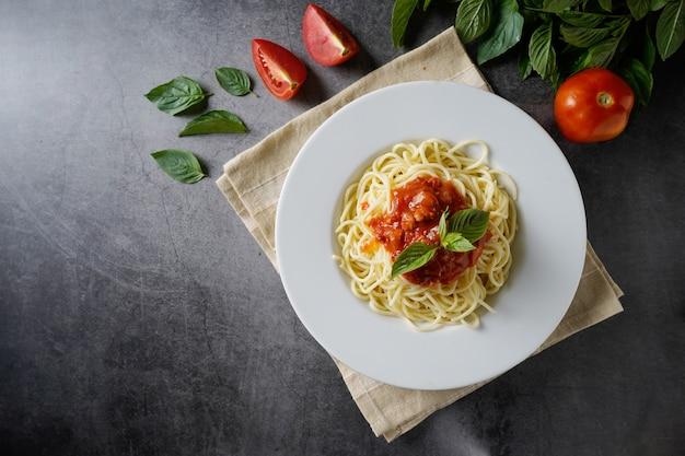 Espaguetis con salsa de carne. plato tradicional italiano